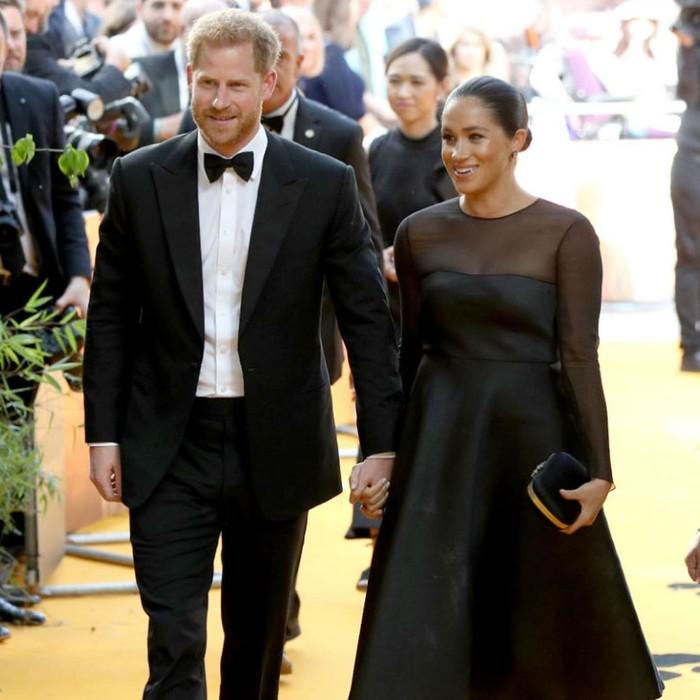 Pada 14 Juli 2019, Pangeran Harry dan Meghan Markle menghadiri premier film The Lion King di London, Inggris. Keduanya tampil kompak dalam busana bernuansa hitam. Pangeran Harry tampak mengenakan setelan jas hitam yang dipadankan kemeja putih dan dasi kupu-kupu. Sementara Meghan Markle tampil menawan dengan flared dress yang memiliki aksen transparan dari Jason Wu seharga US$2.431 atau Rp34 juta. (Foto: instagram.com/sussexroyal)