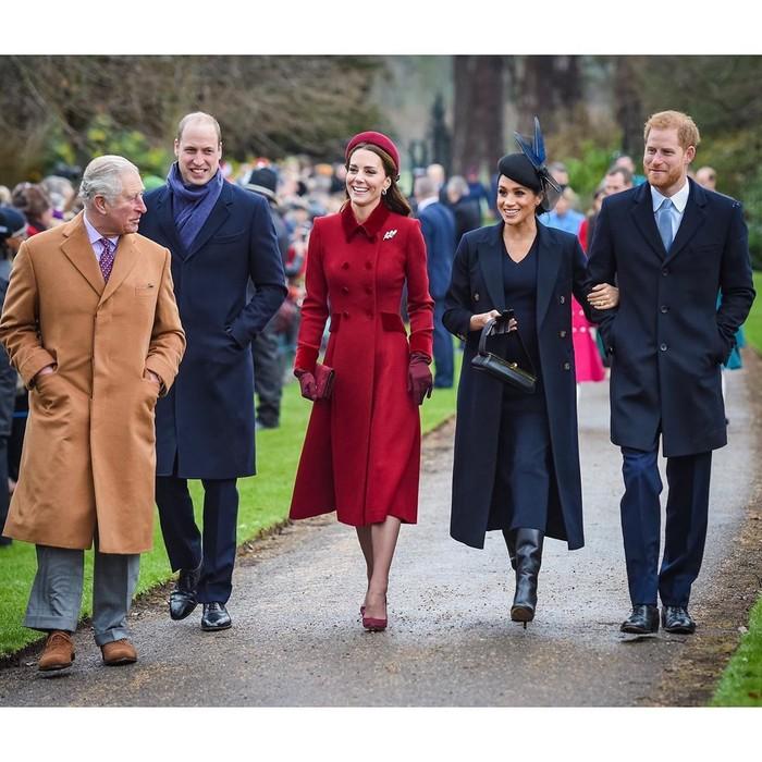 Dalam perayaan Natal pertamanya sebagai anggota Kerajaan Inggris, Meghan Markle tertangkap kamera mengenakan dress dan cashmere coat berwarna navy yang senada. Coat dari Victoria Beckham ini diketahui memiliki harga US$3.085 atau Rp45 juta, sementara dress-nya yang juga dari Victoria Beckham dibandrol dengan harga US$1.700 atau Rp23,8 juta. (Foto: instagram.com/kensingtonroyal)