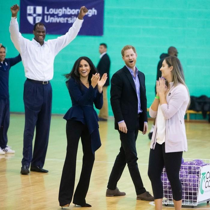 Pada September 2018, Meghan Markle bersama Pangeran Harry menghadiri acara Coach Core Awards. Ia tampil simpel namun classy dengan padu padan belted blouse berwarna navy dari Oscar de la Renta seharga US$2,290 atau Rp32 juta dan celana trousers seharga US$695 atau Rp9,7 juta dari Altuzarra. (Foto: instagram.com/kensingtonroyal)