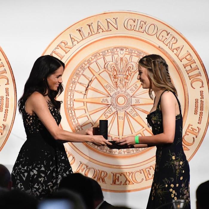 Terekam saat menghadiri Australian Geographic Society Awards pada 2018 lalu, ia terlihat mengenakan gaun hitam dengan detail embellishment yang indah. Gaun ini merupakan rancangan Oscar de la Renta dan memiliki harga US$12,816 atau sekitar Rp179 juta. (Foto: instagram.com/kensingtonroyal)