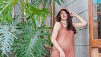 <p>Artis cantik Anissa Aziza selalu tampil modis dan stylish di kehamilan anak keduanya ini, Bunda. (Foto: Instagram @anissaaziza)</p>