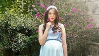 <p>Dari postingan di Instagram miliknya, Anissa tampak lebih suka mengenakan crop top dress ibu hamil dengan warna-warna pastel. (Foto: Instagram @anissaaziza)</p>