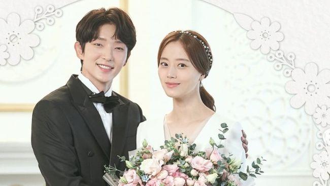 Saluran televisi tvN merilis foto pernikahan karakter Lee Joon-gi dan Moon Chae-won jelang penayangan episode terakhir drama Flower of Evil.