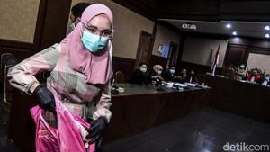 FOTO: Penampilan Gamis Jaksa Pinangki di Sidang Perdana