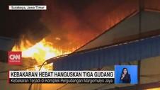 VIDEO: Kebakaran Hebat Hanguskan 3 Gudang di Surabaya