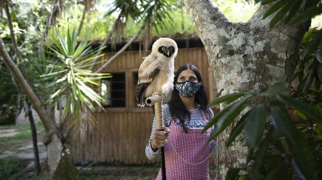 Pembatasan akibat pandemi membuat beberapa warga Venezuela menghabiskan waktunya merawat hewan-hewan terlantar.