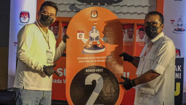 Bawaslu Medan masih menunggu laporan dari kecamatan atas kampanye dua paslon Pilkada Medan, sebelum memutuskan sanksi kepada keduanya.