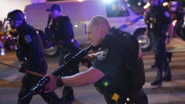 Pihak berwenang Louisville, Kentucky mengatakan dua polisi ditembak dan terluka saat terjadi aksi demonstrasi atas kematian wanita kulit hitam Breonna Taylor.