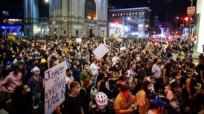 Gelombang aksi demo pas putusan juri atas penembakan wanita kulit hitam Breonna Taylor terjadi di Louisville, New York, Boston, Washington, hingga Los Angeles.