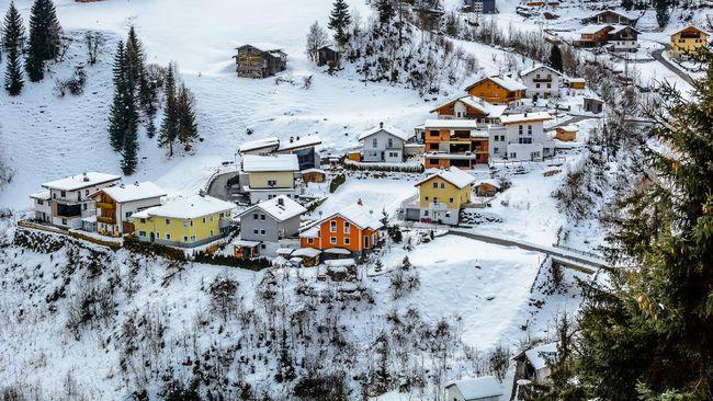 Evakuasi di bus yang penuh sesak membuat penularan virus corona merajalela di antara pengunjung sebuah resor ski di Austria.