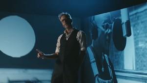 Vokalis The National Asyik Berjoget Sendiri di Klip Lagu Solo