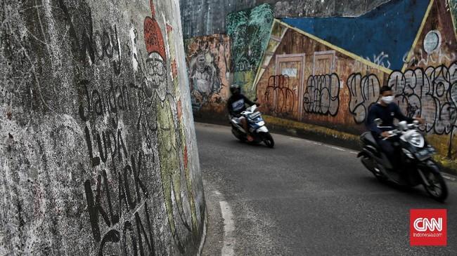 Kolong Dipo KRL di Depok, Jawa Barat, yang pernah dihiasi mural pada 2018 untuk menghilangkan kesan angker, kini tampak suram kembali.