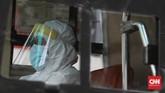 Proses penjemputan pasien OTG corona mulai dilakukan, seiring keputusan Gubernur DKI Anies Baswedan yang tak lagi mengizinkan isolasi mandiri.