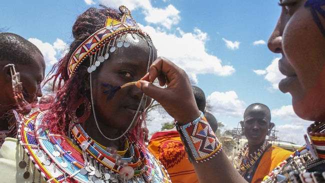 Suku Maasai di Kenya menggelar upacara tradisional mereka di tengah pandemi pada Rabu (23/9). (AP Photo)