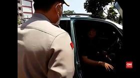 VIDEO: Tak Gunakan Masker, Malah Tabrak Petugas