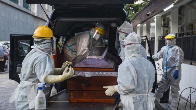 Puluhan warga bentrok dengan aparat keamanan karena ingin menjemput paksa jenazah reaktif covid-19 di Makassar.