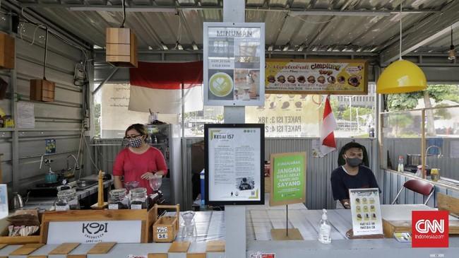 Pengelola restoran di kawasan Thamrin, Jakarta Pusat menerapkan layanan drive thru demi mencegah potensi kerumunan yang berisiko menyebarkan virus corona.