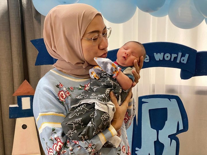 Kelahiran putra Irish Bella dan Ammar Zoni juga memberikan kebahagiaan untuk ibunda Irish Bella, Susanti Arifin. (Foto: Instagram @susanti.a)