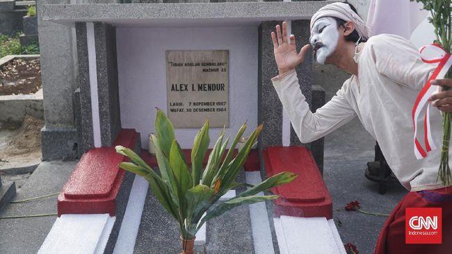 Lokra menggelar pementasan seni sekaligus penghormatan kepada Alexius Impurung Mendur di HUT ke-210 Bandung.