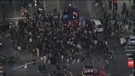 VIDEO: Sebuah Mobil Tabrak Kerumunan Pengunjuk Rasa di LA