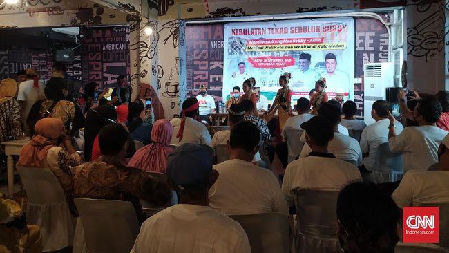 Kubu Bobby Nasution-Aulia Rachman menghadiri acara deklarasi dukungan, namun ruangan penuh sesak sehingga tak ada yang menjaga jarak.