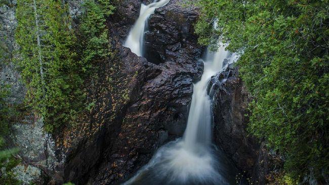 Air Terjun Devil's Kettle selalu membuat penasaran pengunjung, karena aliran airnya tak diketahui bermuara di mana.