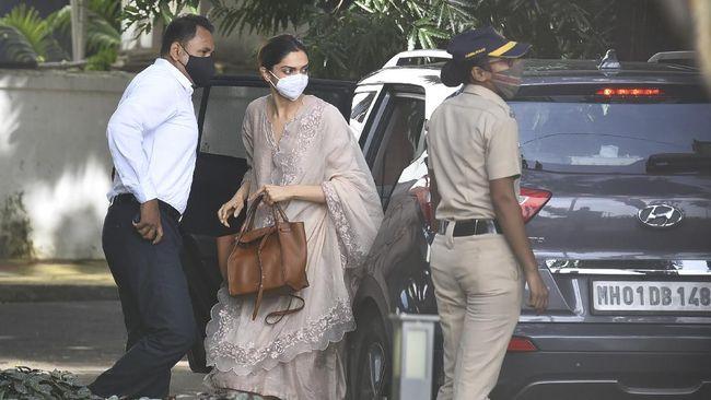 Aktris Deepika Padukone diperiksa polisi terkait kematian aktor Bollywood Sushant Singh Rajput, terutama dalam hal narkoba.
