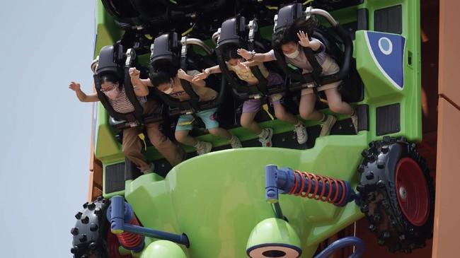 Disneyland Hong Kong dibuka kembali pada Jumat (25/9) dengan protokol kesehatan yang ketat demi mencegah penyebaran virus corona.