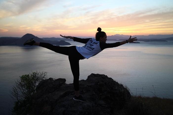 Olahraga dengan ciri khas menyeimbangkan pikiran dan gerakan ini pula lah yang menjadi pilihan Luna Maya. Dalam beberapa kesempatan, Luna terlihat melakukan yoga di luar ruangan. Tidak heran jika bentuk tubuhnya begitu ideal di usia 37 tahun. (Foto: instagram.com/lunamaya)