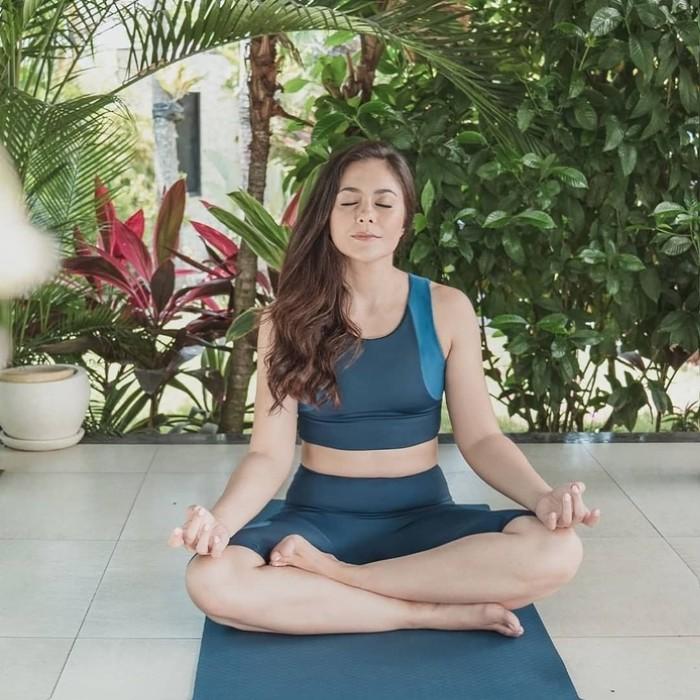 Tidak ketinggalan, Wulan Guritno juga rutin melakukan yoga untuk mendapatkan tubuh sehat dan indah. Melalui akun instagram pribadinya, wanita berusia 39 tahun tersebut kerap membagikan momen ketika melakukan yoga. Baik itu sendiri maupun bersama keluarga, Wulan selalu terlihat senang menjalaninya. (Foto: instagram.com/wulanguritno)