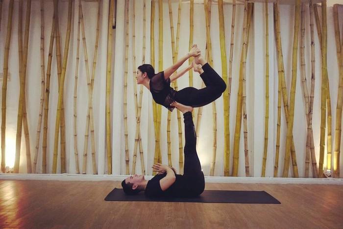 Si cantik Dian Sastro juga merasakan manfaat yoga yang selama ini dijalaninya. Diketahui bahwa pemain Film Ada Apa dengan Cinta?ini kerap meluangkan waktu untuk melakukan yoga di sela-sela kesibukannya. Beberapa kali ia terlihat melakukan aktivitas yoganya baik itu sendiri maupun dengan instruktur. (Foto: instagram.com/therealdisastr)