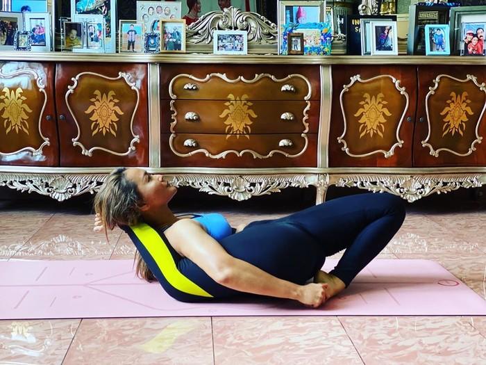 Pedangdut Inul Daratista juga masuk dalam deretan artis hobi yoga. Tidak tanggung-tanggung, wanita berusia 41 tahun ini juga diketahui seudah menguasai banyak gerakan yoga. Beberapa kali aktivitas yoga yang dilakukannya ia unggah di akun instagram pribadi dan mendatangkan banyak rasa kagum. (Foto: instagram.com/inul.d)
