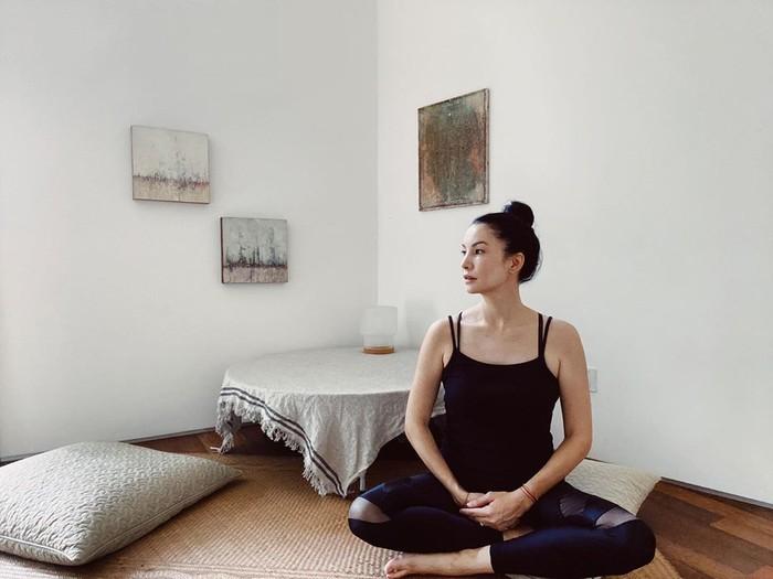 Meskipun sudah tidak muda lagi, Nadya Hutagalung tetap aktif berolahraga yoga untuk memelihara kesehatannya. Bahkan, wanita blasteran ini punya tubuh yang indah berkat aktivitas yoganya tersebut. Melakukan yoga dengan rutin dan selalu berpikir positif memiliki pengaruh kuat bagi seorang Nadya Hutagalung. (Foto: instagram.com/nadyahutagalung)
