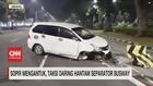 VIDEO: Sopir Mengantuk, Taksi Daring Hantam Separator Busway