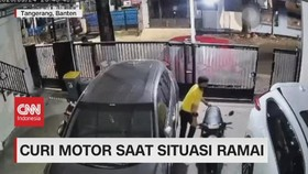 VIDEO: Kawan Pencuri Beraksi Saat Situasi Ramai
