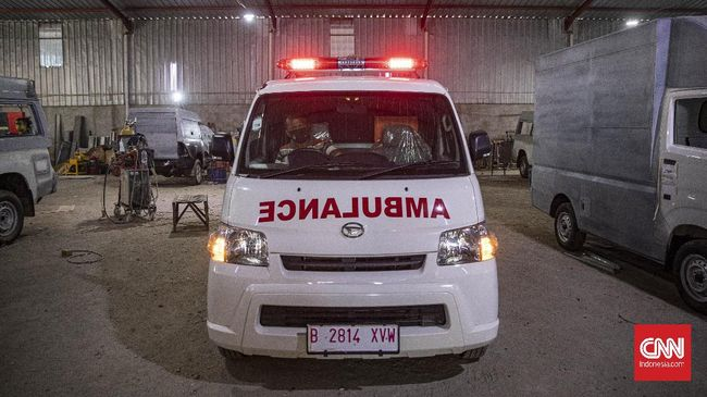 Pemudik ingin mengelabui petugas yang berjaga di Cikarang, Bekasi dengan menggunakan mobil ambulans menuju kampung halaman.