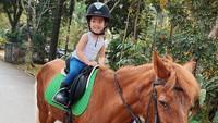 <p>Selain suka berfoto ala Princess, putri cantik Yasmine Wildblood ini juga berani naik kuda sendirian, lho. (Foto: Instagram @yaswildblood)</p>