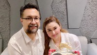 <p>Pasangan selebriti Nia Zulkarnaen dan Ari Sihasale baru saja merayakan anniversary pernikahan mereka yang ke-17, Bunda. (Foto: Instagram @alenia259)</p>