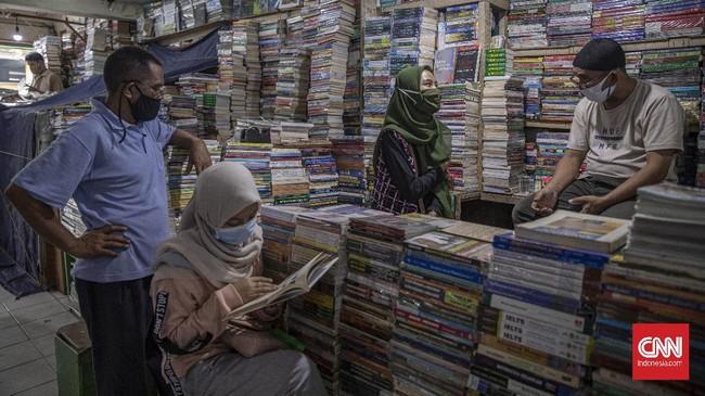 Kondisi PSBB di Jakarta yang kembali diperketat dan kebijakan belajar online membuat omzet pedangan buku Kwitang semakin suram.