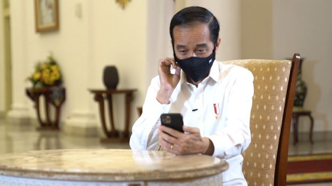 Presiden Jokowi melarang penerima bantuan untuk usaha mikro sebesar Rp2,4 juta menggunakan uang tersebut untuk membeli handphone.