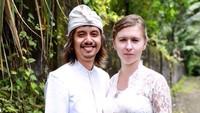 <p>Veronika ternyata jatuh hati dengan sang suami, yang ditemuinya saat kehilangan passport di Indonesia, Bunda. (Foto: Instagram @vero_bule)</p>