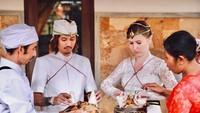 <p>Dalam unggahan di Instagram miliknya, Veronika beberapa kali mengikuti upacara adat Bali bersama suaminya. (Foto: Instagram @vero_bule)</p>