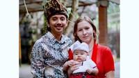 <p>Kehidupan Veronika bersama suami dan anaknya kini bahagia. Ia dan putranya sudah menjadi salah satu warga Bali, Bunda. (Foto: Instagram @vero_bule)</p>