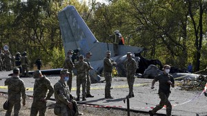 FOTO: Puing Tragedi Pesawat Latihan Militer Jatuh di Ukraina