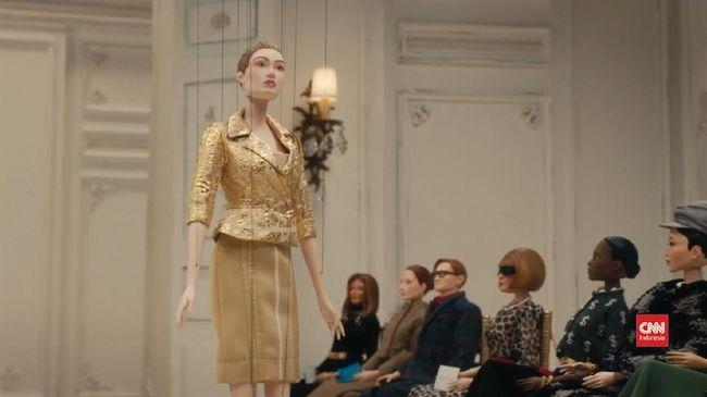 Tak kehabisan akal, label mode Moschino menjadikan boneka-boneka kecil sebagai model dari peragaan koleksi teranyarnya dalam Milan Fashion Week.