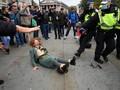 FOTO: Demo Anti Lockdown di Inggris Berakhir Ricuh