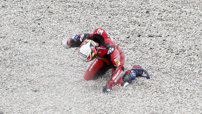 Valentino Rossi dan Andrea Dovizioso gagal finis karena jadi korban tikungan dua di MotoGP Catalunya.