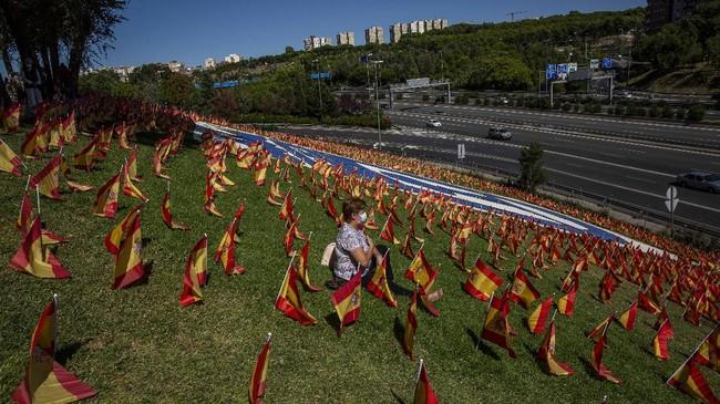 Lebih dari 50 ribu bendera Spanyol dipasang di sebuah taman di Madrid selama semalam untuk memberi penghormatan kepada para korban Covid-19.