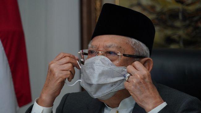 Wakil Presiden Ma'ruf Amin disuntik vaksin Covid-19 oleh salah satu dokter kepresidenan di rumah dinasnya, Jalan Diponegoro, Jakarta, Rabu (17/2).