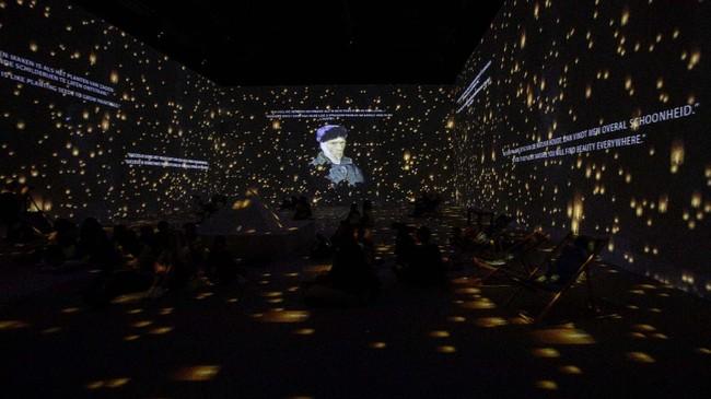 Lukisan karya-karya Vincent Van Gogh dipamerkan dalam bentuk 3 dimensi di Antwerp, Belgia, Rabu pekan lalu.